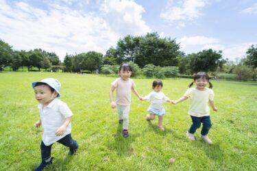 青空の下で元気に遊ぶ子供たち