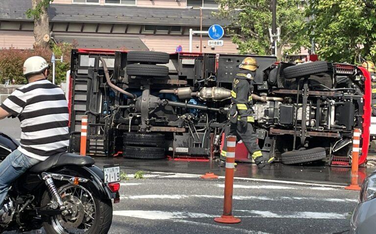参宮橋付近で転倒する消防車