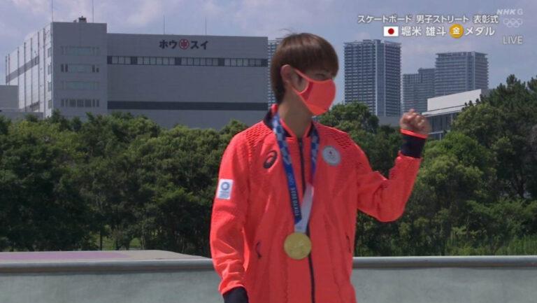 堀米雄斗の金メダル表彰式でホウスイビルが映り込む